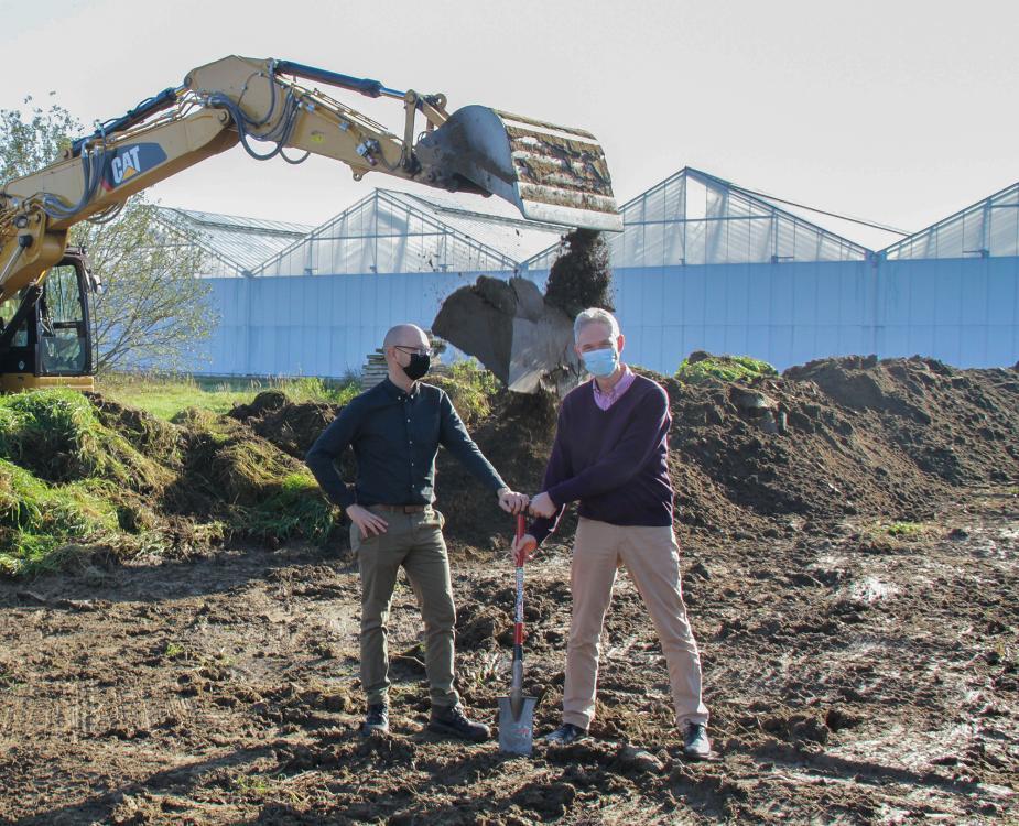 Ivy Lefevere (COO) en Jeroen Boon (Engineering Manager) steken de eerste spade in de grond voor de bouw van een nieuwe Helleborus kas.